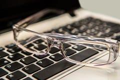 eyeglasses με το πληκτρολόγιο Στοκ εικόνες με δικαίωμα ελεύθερης χρήσης