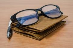 Eyeglasses, μολύβι, και πορτοφόλι Στοκ Εικόνες
