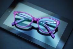 Eyeglasses πέρα από την ταμπλέτα και κινητό τηλέφωνο πέρα από το κίτρινο υπόβαθρο με το διάστημα αντιγράφων Εκπαίδευση, technoogy στοκ φωτογραφία με δικαίωμα ελεύθερης χρήσης