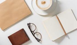 Eyeglasses που βρίσκονται κοντά στον κάτοχο επαγγελματικών καρτών Στοκ φωτογραφία με δικαίωμα ελεύθερης χρήσης