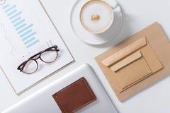 Eyeglasses που βρίσκονται στα έγγραφα στατιστικών στοιχείων Στοκ Εικόνες