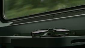 Eyeglasses στο τραίνο απόθεμα βίντεο