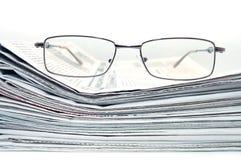 eyeglasses σωρός εφημερίδων στοκ φωτογραφίες