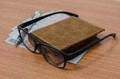 Eyeglasses, χρήματα, μολύβι και πορτοφόλι Στοκ εικόνες με δικαίωμα ελεύθερης χρήσης