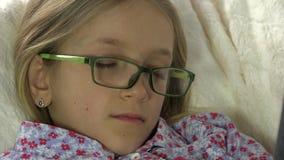 Eyeglasses ύπνου πορτρέτο, πρόσωπο του κουρασμένου κοριτσιού, παιδί στο λεωφορείο μετά από να μελετήσει 4K απόθεμα βίντεο