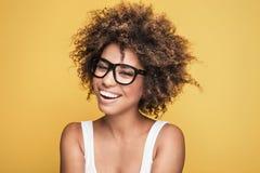 Eyeglasses Афро-американской девушки нося Стоковые Изображения RF