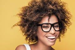 Eyeglasses Афро-американской девушки нося Стоковое Изображение