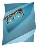 Eyeglasses высокого diopter ретро с желтой рамкой на голубой творческой поддержке Стоковое Изображение RF