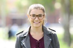 Eyeglasses девушки моды нося смотря вас Стоковая Фотография RF