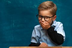 Eyeglasses и рубашка каверзного мальчика нося Стоковое Фото