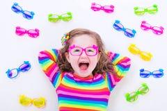 Eyeglasses маленькой девочки нося Стоковые Изображения
