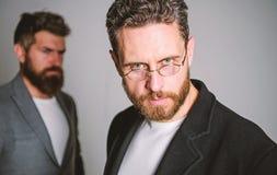 Eyeglasses носки парня человека красивые бородатые зрелые Здоровье и видимость глаза Оптика и концепция зрения Умный взгляд стоковая фотография