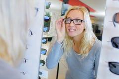 Eyeglasses оптически клиента подходящие стоковые фотографии rf