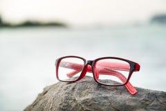 Eyeglasses с blured морем в предпосылке Стоковое Изображение RF