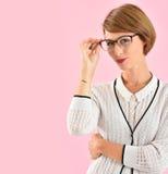 Eyeglasses ультрамодной женщины нося Стоковые Изображения RF