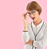 Eyeglasses ультрамодной женщины нося Стоковое фото RF