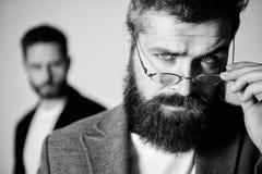 Eyeglasses хипстера Eyeglasses носки хипстера человека красивые бородатые Здоровье и видимость глаза Оптика и концепция зрения стоковые фото