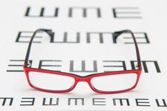 Eyeglasses чтения и диаграмма глаза Стоковые Фотографии RF