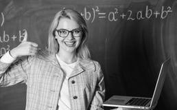 Eyeglasses носки женщины держат интернет ноутбука занимаясь серфингом Больший ресурс для учителей Онлайн обучая концепция Воспита стоковое изображение