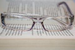 Eyeglasses com livro Fotografia de Stock Royalty Free