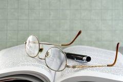 Eyeglasses com pena imagens de stock