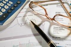Eyeglasses da pena & relatório conservado em estoque fotos de stock royalty free