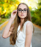 Eyeglasses desgastando da mulher loura e blusa branca Foto de Stock Royalty Free