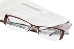 Eyeglasses e jornal imagem de stock royalty free