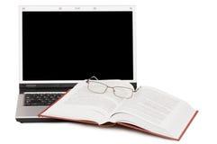 Eyeglasses e livros no portátil foto de stock royalty free