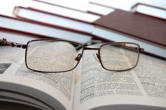Eyeglasses em livros fotografia de stock royalty free