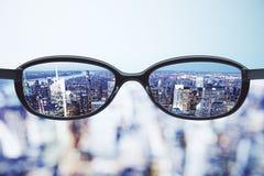 Ясная концепция зрения с eyeglasses и ба города megapolis ночи Стоковое Изображение RF