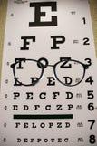Eyeglasses Na Czytelniczej egzamin mapie zdjęcia stock