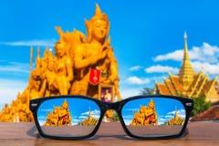 Eyeglasses na drewnianym stołu przodzie Tajlandzki świeczka festiwal przy Ubon Ratchathani, Tajlandia Fotografia Stock