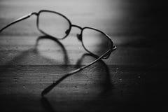 Eyeglasses na drewnianym stole, zamykają w górę fotografii czarny white obraz royalty free