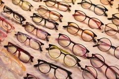 Eyeglasses na sprzedaży w szerokim wyborze obiektywy z ULTRAFIOLETOWĄ ochroną i eyewear w asortowanych kolorach i stylach Ogromne obraz stock
