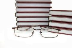 Eyeglasses que colocam sobre livros Imagem de Stock