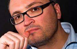 Eyeglasss vestindo do homem caucasiano farpado pensativo fotos de stock royalty free