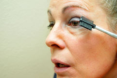 eyeliner βάζοντας τη γυναίκα Στοκ φωτογραφία με δικαίωμα ελεύθερης χρήσης