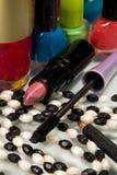 Eyeliner con rossetto e nailpolish immagini stock