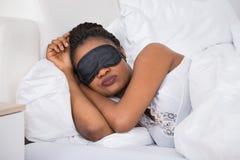 Женщина нося Eyemask пока спящ Стоковые Фото