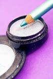 Eyepencils et fards à paupières bleus sur le pourpre Photos libres de droits