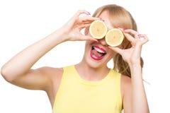 eyes ее лимон удерживания около женщины Стоковые Фото
