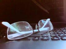 eyes vidros no teclado do laptop imagem de stock
