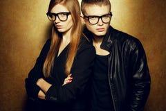 Eyewear概念 在黑衣裳的时尚孪生 免版税库存图片