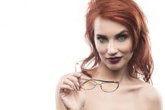 Eyewear玻璃在白色隔绝的妇女画象 免版税库存图片
