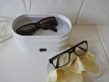 Eyewear czyści w elektrycznym ultrasonic czyści przyrządzie obrazy stock