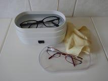 Eyewear czyści w elektrycznym ultrasonic czyści przyrządzie obraz royalty free