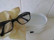 Eyewear czyści w elektrycznym ultrasonic czyści przyrządzie fotografia royalty free