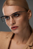 Eyewear das mulheres Mulher de negócio bonita em vidros pretos da forma Imagem de Stock