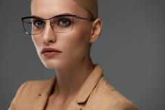 Eyewear das mulheres Mulher de negócio bonita em vidros pretos da forma Foto de Stock